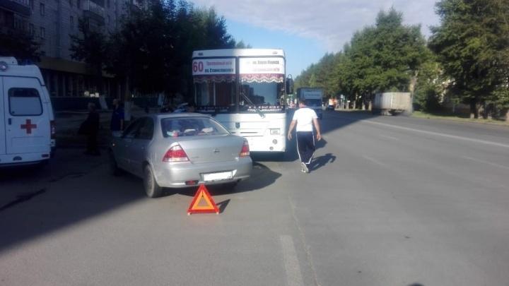 Двух пассажиров автобуса увезли на скорой после ДТП на Титова