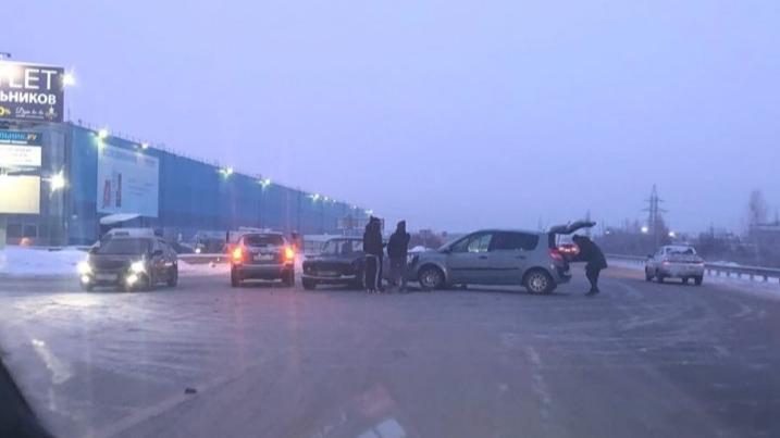 «Ездить на работу невозможно»: екатеринбуржцы пожаловались на аварийный перекресток у «Сима-ленда»