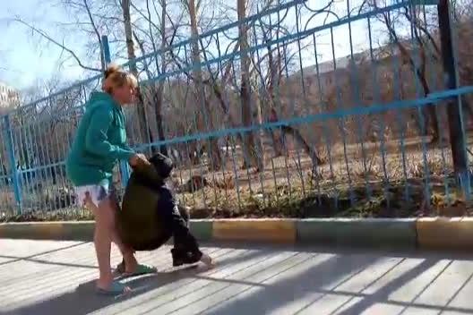На видео женщина кричит мальчику: «Спокойно встал и пошёл»