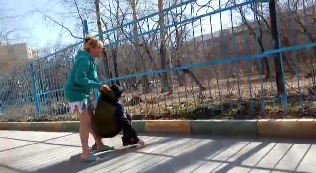 Сибирячка избила 11-летнего мальчика во дворе дома — драку сняли на видео другие дети
