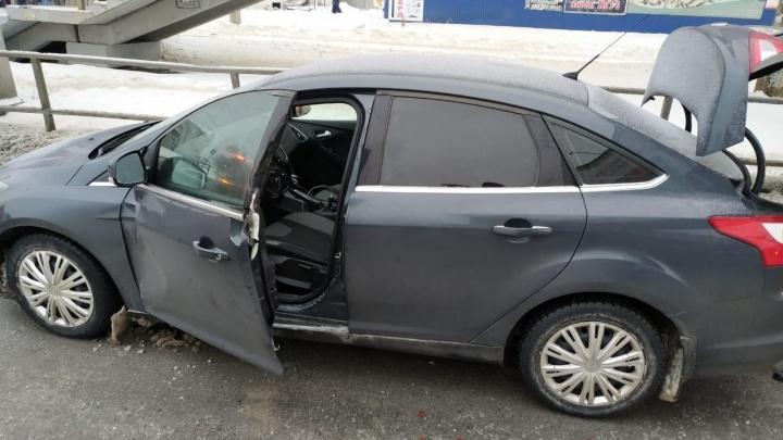 Фура сбила открытую дверь «Форда» вместе с водителем и скрылась с места ДТП