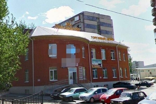 Этот торговый центр расположен вмикрорайоне Ватутино на проезде Шаимский