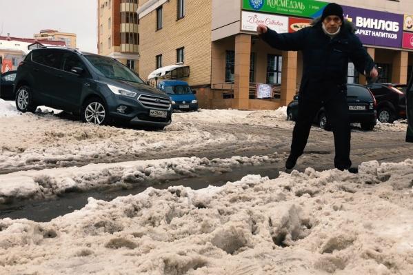 Людям приходится преодолевать целые препятствия, чтобы не набрать полные ботинки снега и воды
