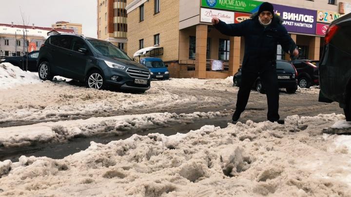 «Скорую час откапывали»: в схватке со снегом на дорогах Архангельска — люди, машины и немного власти