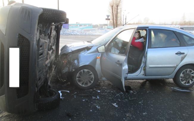 Иномарка легла набок от удара: на Московском проспекте в Ярославле произошло серьёзное ДТП