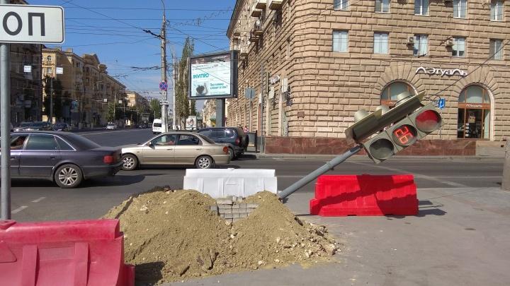 На опасном перекрестке в центре Волгограда рухнул светофор