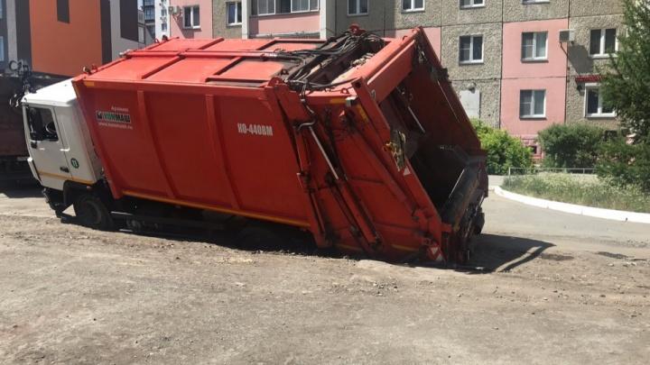 На Северо-Западе Челябинска мусоровоз провалился под асфальт из-за ремонта теплотрассы