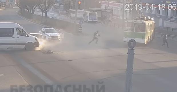 «Кадры, как в боевике»: появилось видео погони в Ярославле, которая закончилась аварией