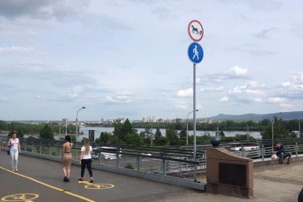 Теперь ограничивающего велосипедистов знака нет