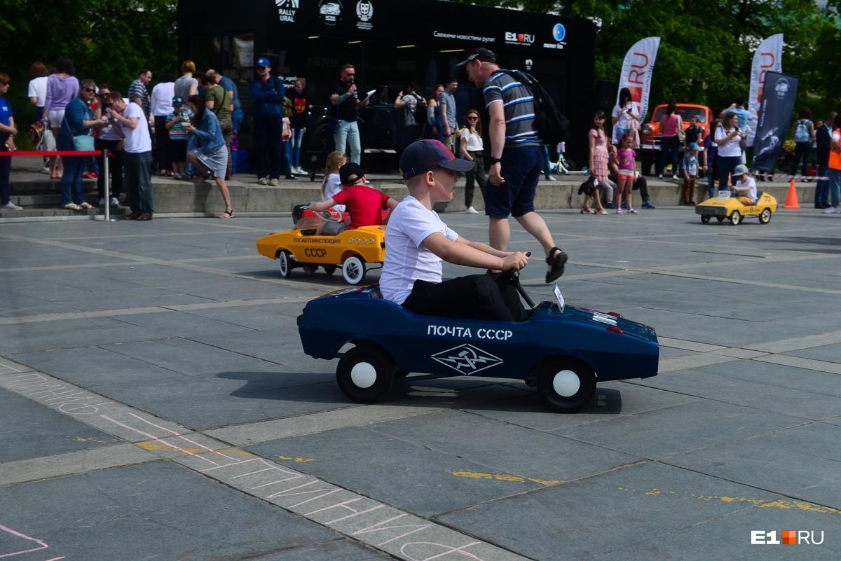 Машинки для заездов доставили на старт из Музея автомобильной техники УГМК
