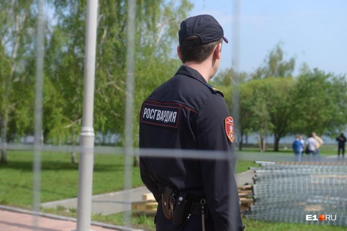 Силовики уверяют: они охраняют не забор, а общественный порядок