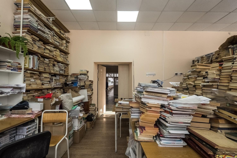 Школьная библиотека, которая похожа на кладовку. Те столы, которые не заставлены книгами, учителя в шутку называют «читальным залом» —разумеется, под полноценный зал места в гимназии нет