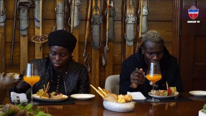 Эксперимент с едой: африканских футболистов «Енисея» угостили блюдами сибирской кухни
