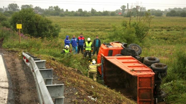 Зажало между кабиной и землей: под Архангельском перевернулся самосвал, водитель получил травмы