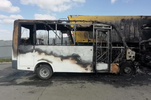 Две маршрутки перевозчика-нелегала сгорели на стоянке