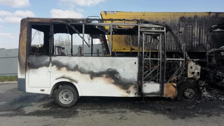 Две маршрутки сгорели на стоянке после забастовки водителей