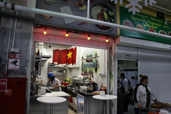 Вьетнамская закусочная соседствует на рынке с точкой «русской и уйгурской халяльной кухни»