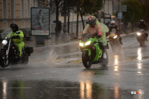 Некоторые байкеры даже надели дождевики