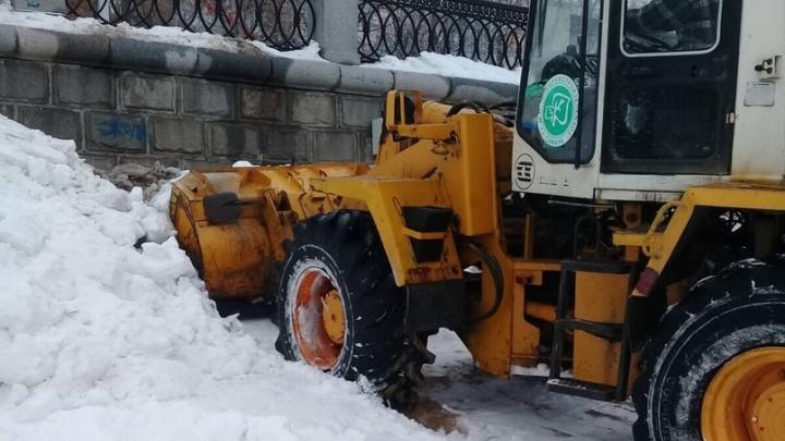 В Самаре начали убирать грязный снег, сваленный погрузчиком на набережной