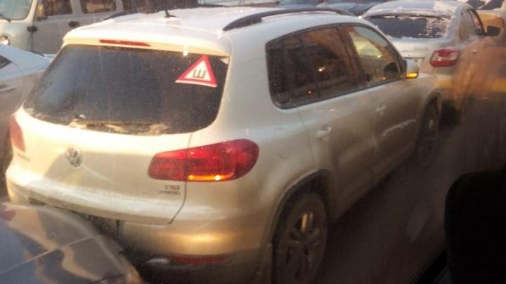 В нелепой аварии на Киренского паровозиком столкнулись шесть машин