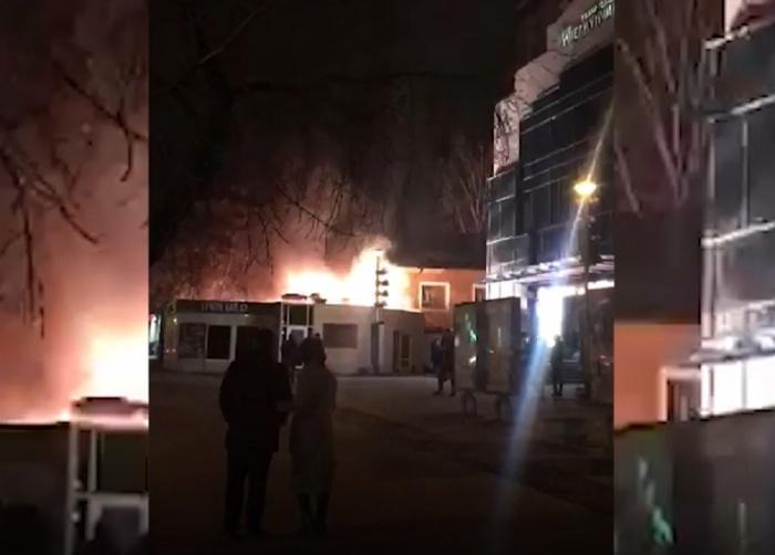 Вспышки электричества освещали улицу