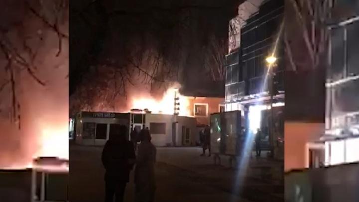 «Сверкает, случилось короткое замыкание»: из гриль-бара на улице 8 Марта эвакуировали посетителей