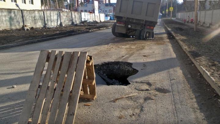 Екатеринбуржцы с июня смогут жаловаться на дорожные ямы через мобильное приложение