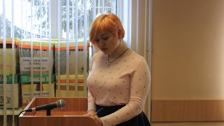Омской студентке-психологу, которая поцарапала лицо полицейскому, предложили дать два года условно