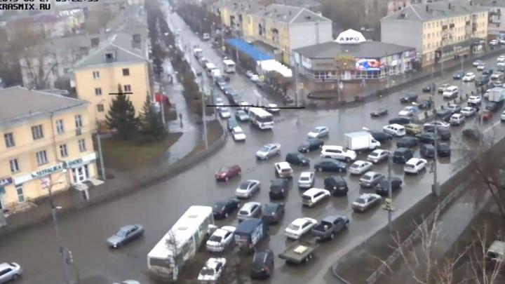 Толпа негодующих перекрыла улицу Партизана Железняка