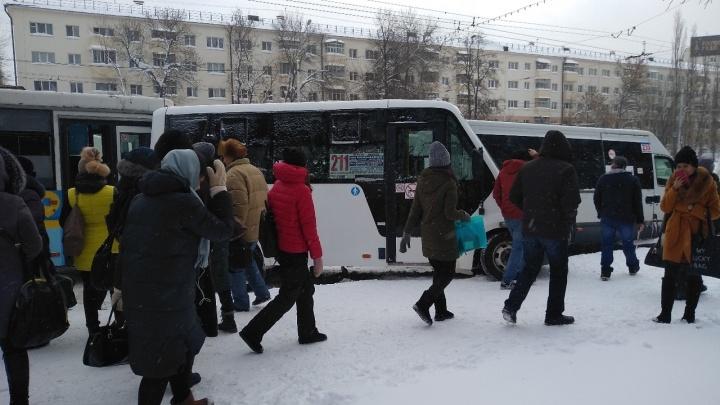 В битве за пассажиров: в Уфе столкнулись три микроавтобуса и НЕФАЗ