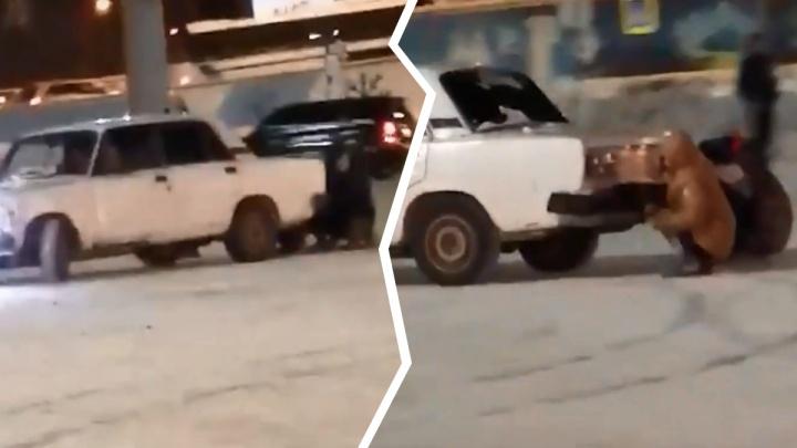 На парковке новосибирской «Меги» дети катались, прицепившись к «Жигулям»