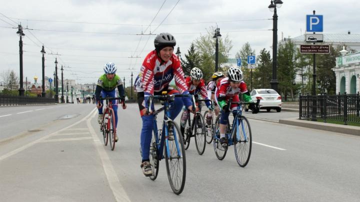 Три тысячи колёс в непогоду: фоторепортаж о «ВелоОмске»