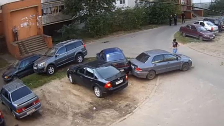 В Рыбинске ребёнок на машине задним ходом протаранил припаркованные автомобили