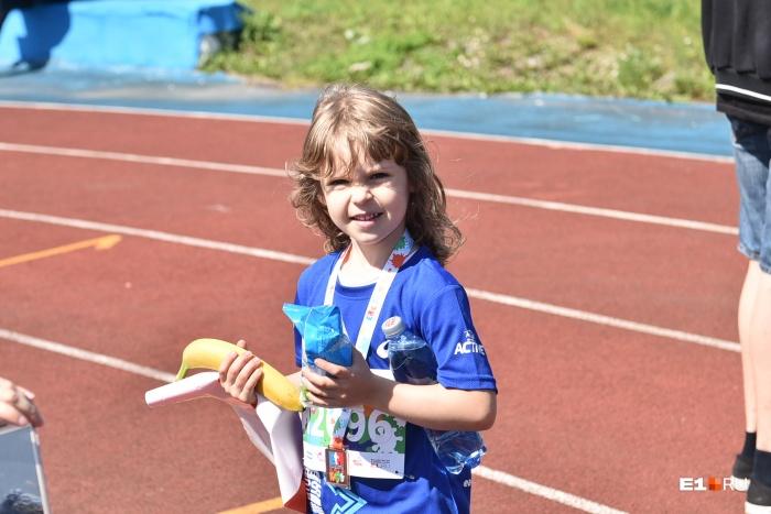 После финиша детям вручали медали и угощали водой, бананами и мороженым