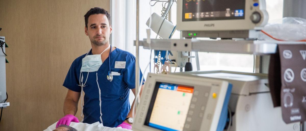 Наркоз — это небольшая часть работы реаниматолога, также он следит за пациентами после операций. На фото — врач-реаниматолог центра Илья Денисов
