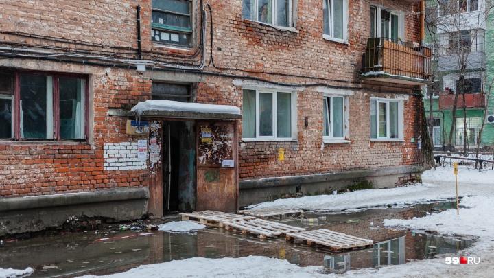 К подъезду не подойти: в Перми пятиэтажку заливает нечистотами из канализации