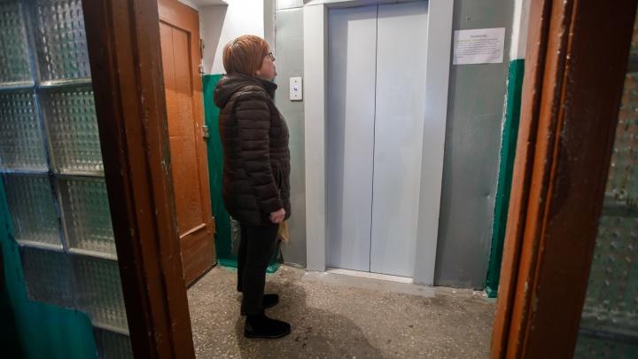 «Пенсионеры три месяца из дома не выходили»: волгоградцы с ноября ждут ремонта сломанного лифта