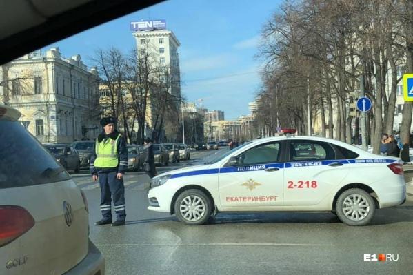 Выезд на улицу Бориса Ельцина перекрыла машина полиции