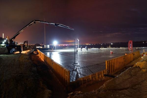 Работы по заливке основания памятника БК-31 закончили в два часа ночи
