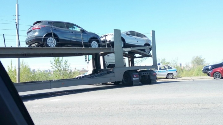 На севере Уфы большегруз стал причиной автомобильной пробки