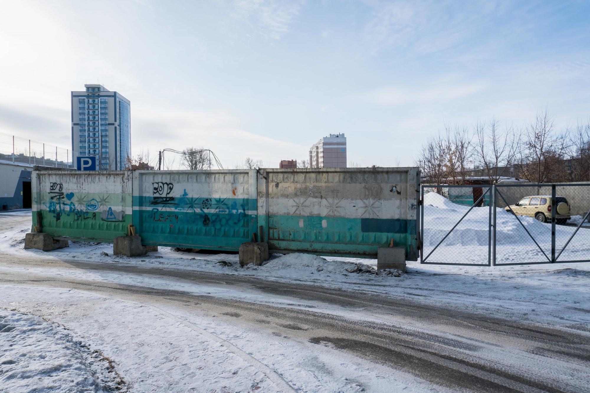 Детство строгого режима: детскую площадку на Титова обнесли бетонным забором