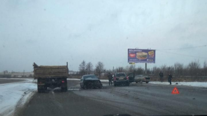 Внедорожник задымился: на Промышленном шоссе в Ярославле разбились две «Киа»