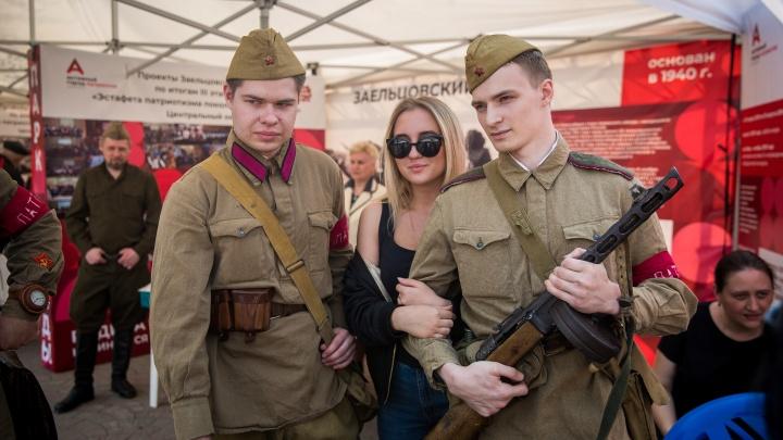 В Первомайский сквер привезли оружие, полевую кухню и военную форму для примерки