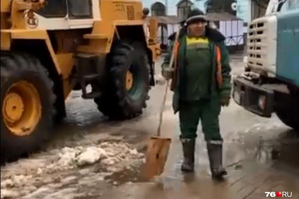 Рабочие «Горзеленхоза» пытались вывезти снег с улицы Кирова