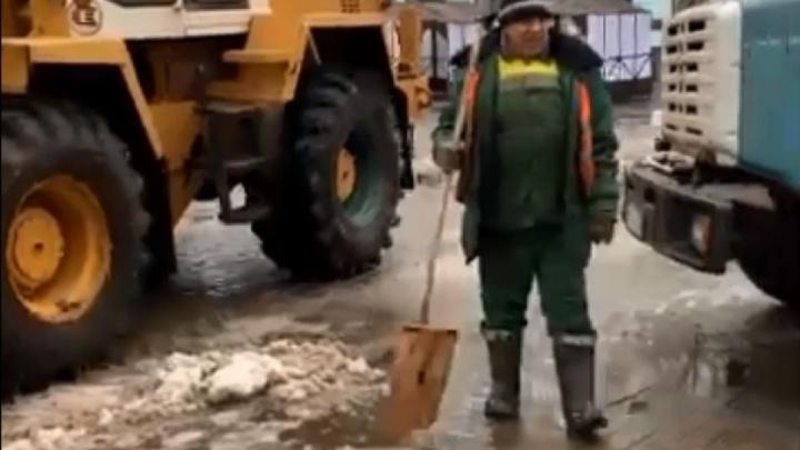 Коммунальщики рассказали, зачем пытались вывезти растекающийся снег