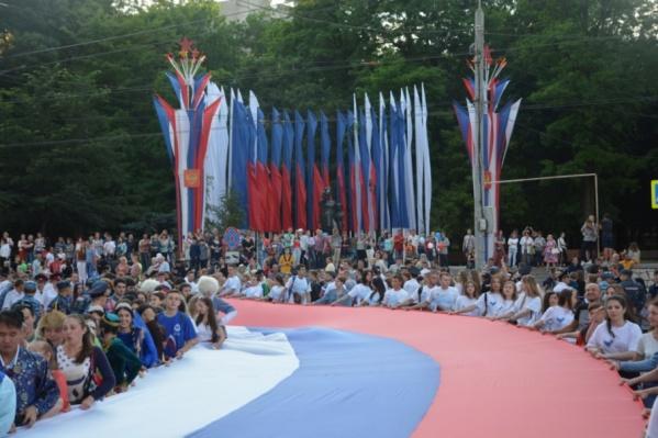 В День России в Ростове развернут огромный флаг