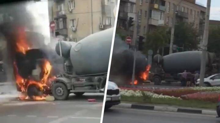 В Ростове возле РГУПСа загорелась бетономешалка