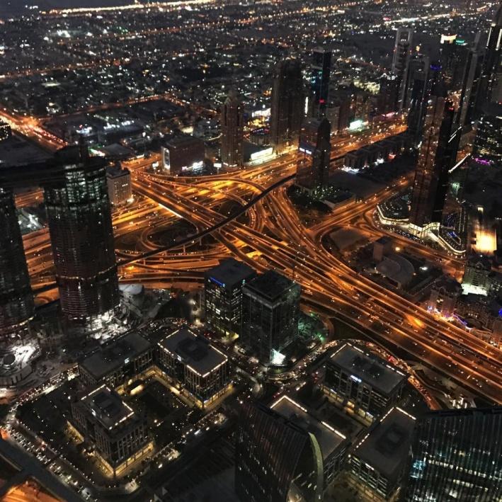 Дубай — город автомобилистов: пешеходные дороги есть только внутри жилых районов и парков. Большинство улиц невозможно перейти