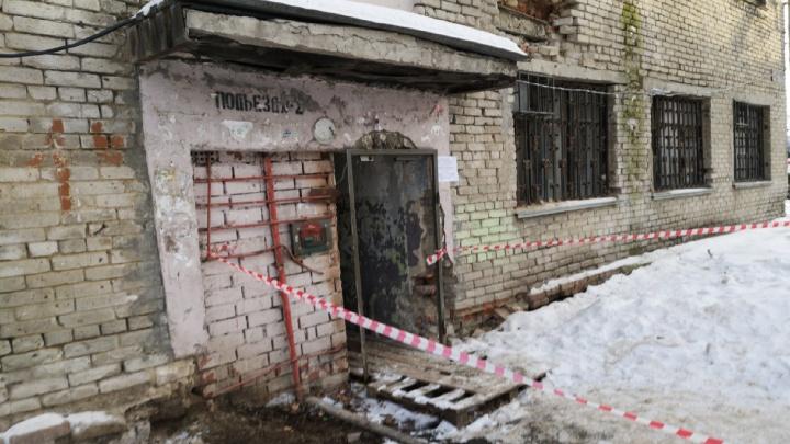 В Тюмени из-за обвала стены эвакуируют дом на улице Спорта
