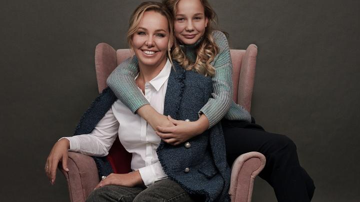 Пять модных историй: стилист создала для мамы и дочки актуальные образы на каждый день
